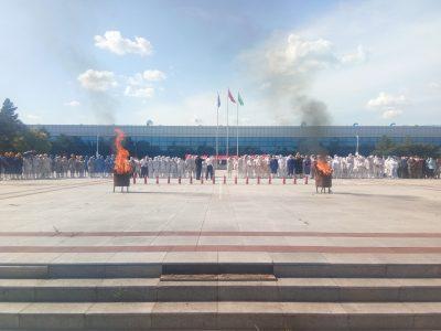 广场冒烟着火